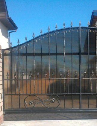Кованые ворота откатные с поликарбонатом
