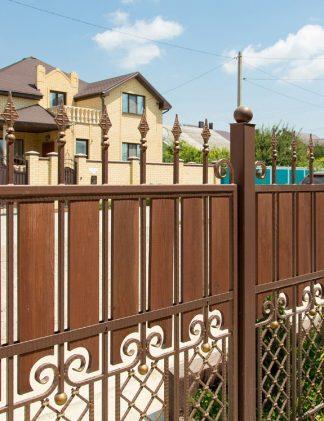 Кованый забор с деревянными вставками
