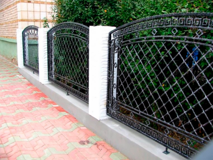 Кованый забор с сеткой