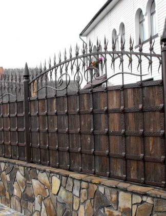 Кованый забор замок