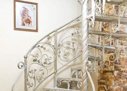 Купить винтовую лестницу кованые в кузне.