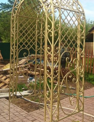 Кованая арка в золотом цвете