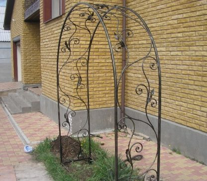 Кованая арка для плетистых роз