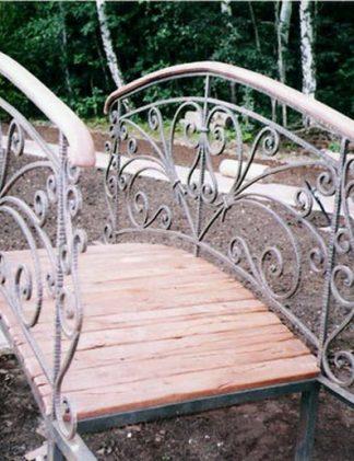 Кованый мостик с деревянным поручнем