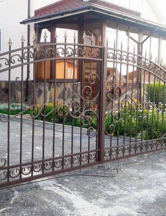 Коричневый кованый забор