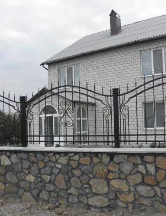 Кованый забор на камне