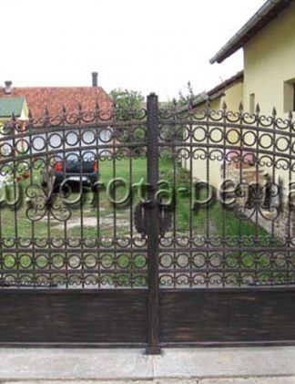 Кованые ворота с пиками.