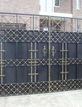 Кованые ворота с геометрическим рисунком.