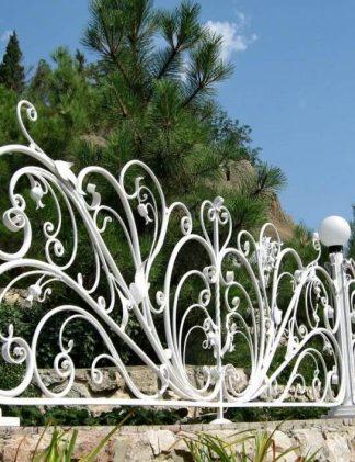 Красивый белый кованый забор