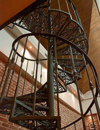 Кованая винтовая лестница в классическом стиле.