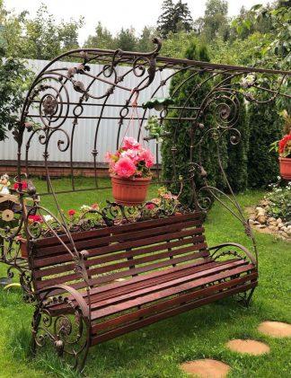 кованая скамейка с шпалерой